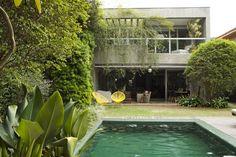 O jardim com piscina tem, ao fundo, par de cadeiras Acapulco, diante da varanda social do térreo e abaixo da varanda da suíte do casal- Casa Aninha Gonzalez (Foto: Ricardo Labougle)