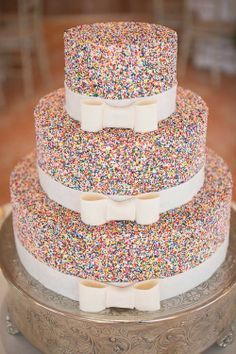 A little glitter never hurt anyone! Very fun and elegant wedding cake