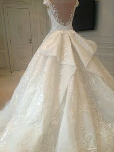 The details of this stunningly classic gown is absolutely divine.