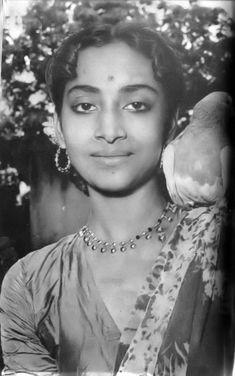 Geeta Dutt a legend singer. Vintage Bollywood, Indian Celebrities, Beautiful Celebrities, Tv Actors, Actors & Actresses, Bollywood Stars, Indian Bollywood, Film World, Vintage Vignettes