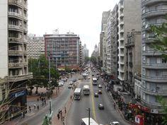 Pretende viajar para Montevideo? Anote então 17 dicas importantes antes de chegar na terra dos hermanos!  1) TÁXIS É importante saber sobre eles! Os táxis comuns em Montevideo são os pretos c…