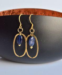 Orecchini in argento 925 dorato con cianite ovale, realizzati a mano.  Design molto elegante e raffinato. Ideale per se stessi,come regalo per una persona cara, per donare un tocco in più di luce e colore al viso.  Estremamente leggero e comodo, perfetto per luso in ogni occasione.  --- Dettagli--- Materiale: Argento 925 dorato Lunghezza totale orecchino: 5 cm (1,9) Dimensione cianite: 1x 0,7 cm (0,39x0,27)  Tutte le creazioni sono fatte a mano da me; irregolarità ed imperfezioni sono…