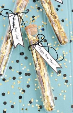 Easy, kid-friendly confetti party favors with printable Happy New Year tags. Test tube confetti party favors and Happy New Year printable tags. Party Silvester, Silvester Diy, Deco Nouvel An, New Year's Eve Hats, Diy Natal, Party Favors, Wedding Favours, Diy Adornos, New Years Eve Decorations