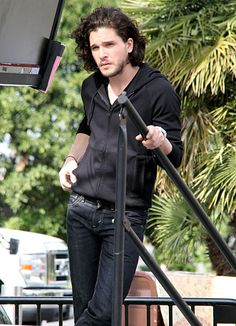 Game of Thrones star Kit Harington, who plays Jon Snow on the HBO hit, relaxed offstage while at Universal Studios to do an interview for Extra. Kit Harington Pompeii, Jon Snow, Kit Harrington, Alesso, Machine Gun Kelly, My Sun And Stars, Fantasy Male, Raining Men, Hollywood Actor