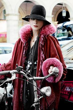 Every season, it's a treat to find shots of Catherine Baba from the Paris fashion shows. The Australian-born stylist is well-known in the biz for her sumptuous Catherine Baba, Paris Fashion, Winter Fashion, Fashion Show, Bike Fashion, Fashion Trends, Fashion 2017, Parisienne Chic, Cycle Chic