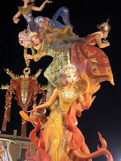 Valencia welcomes spring with the fallas festival. Portuguese Culture, Welcome Spring, Sculpture, Travel Aesthetic, Traditional Dresses, Art Art, Festivals, Celebrations, Art Photography