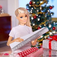 Barbie wrapping up gifts for Christmas 🎄🎁 Barbie Model, Barbie Doll House, Barbie Life, Barbie World, Barbie And Ken, Barbie Style, Manequin, Barbies Pics, Christmas Barbie