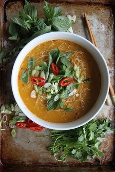 Spicy Thai Curry Noodle Soup - just sub in veggie broth.and use a vegan red curry paste Soup Recipes, Vegetarian Recipes, Cooking Recipes, Healthy Recipes, Noodle Recipes, Yummy Recipes, Cooking Tips, Curry Noodles, Rice Noodles