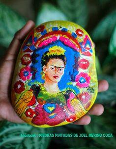 """Autorretrato de Frida Kahlo """"El Marco"""" pintado sobre piedra de mar"""