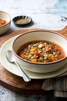 Une très bonne soupe qui combine des ingrédients peu coûteux mais riches en saveur et nutriments : l'orge, les lentilles et la bette à carde.