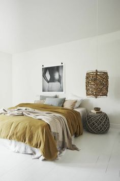 linge de lit en lin, couleur ocre, table de chevet et lampe originales                                                                                                                                                     Plus
