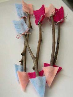 las flechas de cupido hechas con fieltro y palitos recogidos del jardín.