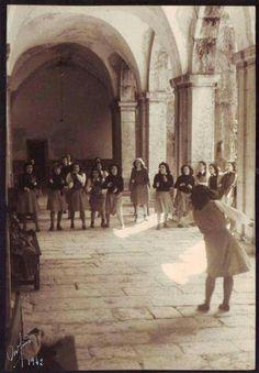 1942 Meninas de Odivelas brincam no seu claustro no Mosteiro S.Dinis