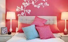 pared de dormitorio de color coral