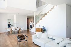 Für Minimalisten: offenes Wohnzimmer ihn reinem Weiß