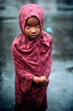 Steve McCurry: INDIA. Bombay. 1995. Magnum Photos - Precious Children, Beautiful Children, Steve Mccurry Photos, Vivre A New York, Namaste, World Press Photo, Afghan Girl, India People, Magnum Photos