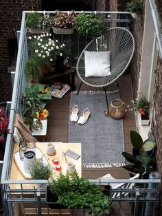 balcony design balcony furniture wicker folding table balcony plants The post Creating a balcony, made easy: hints and practical tips appeared first on Woman Casual - Home Inspiration Small Balcony Design, Small Balcony Garden, Small Balcony Decor, Outdoor Balcony, Small Patio, Outdoor Decor, Balcony Ideas, Balcony Plants, Indoor Plants
