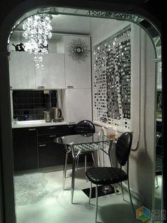 Интерьер кухни, красивая маленькая кухня, отделка арочного проема зеркальной плиткой