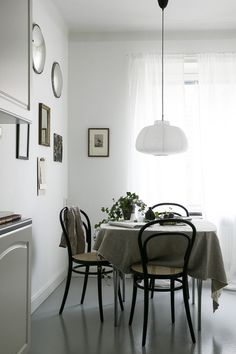 bentwood bistro chairs and linen table cloth in an all-white kitchen Room Inspiration, Interior Inspiration, Dining Table Cloth, Modern Bohemian Decor, Inside A House, Dining Room Design, Inspired Homes, Kitchen Interior, Dining Rooms