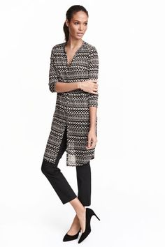 Jersey tunic: Knee-length tunic in airy, patterned jersey with a V-neck, button placket, long sleeves and a rounded hem with slits in the sides. Slightly longer at the back. Black White Pattern, White Patterns, H&m Fashion, Fashion Online, Blouses For Women, V Neck, Gowns, Chic, Lady