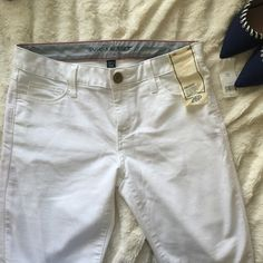NWT Banana Republic Skinny Jeans White skinny jeans from Banana Republic • Sits lower on waist fitted thru hip and thigh, skinny leg, ankle length • New with tag • Size: 26 petite Banana Republic Pants Skinny