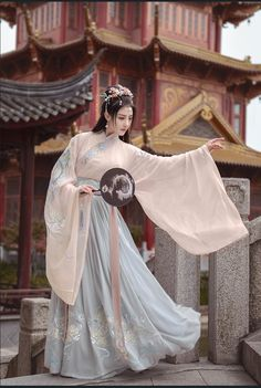 Pictures of hanfu (han chinese clothing) I like. Chinese Clothing Traditional, Traditional Fashion, Traditional Dresses, Hanfu, Kimono Tradicional, China Girl, Fantasy Dress, Oriental Fashion, Chinese Culture
