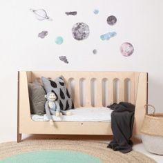 Sticker Ciel de nuit – 64,5 x 43 cm – Tissu – Love Mae  Dans le but de créer une atmosphère paisible dans la chambre de votre enfant, le sticker Ciel de nuit agrémentera ses murs de planètes, de la lune et même d'une constellation d'étoiles. Ainsi, cette décoration murale sera propice à l'endormissement de votre enfant. Elle plaira aussi aux enfants qui s'intéressent à l'astronomie.