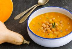 I prepared a delicious pumpkin soup with chick peas, which I flavored with rosemary and decorated with its own flowers (rosemary flowers are edible flowers) Chowder Recipes, Soup Recipes, Vegetarian Recipes, Healthy Recipes, New Cooking, Easy Cooking, Ravioli, Beef Tagine, Vegetable Soup Healthy
