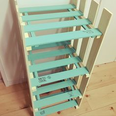 100均で手に入るすのこ。アイデア次第でオリジナルの家具が作れる優秀なDIYアイテムなんです。応用度の高さでいえば、100均アイテムの中でピカイチかも?そんなすのこを使って作る家具や、作り方についてまとめてみました。 Daiso, Furniture Restoration, Small Rooms, Diy Furniture, Restoring Furniture, Girl Room, Repurposed, Recycling, Organisation