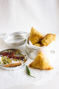 Crunchy Punjabi Samosa, the Samosa filling is spiced beef. This Indian snack recipe will become your favorite. Learn how to make Crunchy Beef Samosa. Beef Stock Recipes, Veggie Recipes, Indian Food Recipes, Asian Recipes, Cooking Recipes, Veggie Food, Cooking Tips, Samosas, Beef Samosa