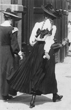 Edward Linley Sambourne • Women in the street in Kensington London 27 June 1906