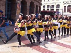 Un enjambre de abejas humanas conciencia a los valencianos de la importancia de este insecto para la economía