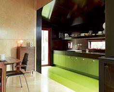 RETRO: Kjøkkenet er kledd med forskalingsplater og har Ikea-innmat. Gulv på kjøkkenet har fargekode S3060 G70Y og veggen på kjøkkenet er forskalingsplate - RB045 S242,5. Foto: Sveinung Bråthen Fin vegg til venstre
