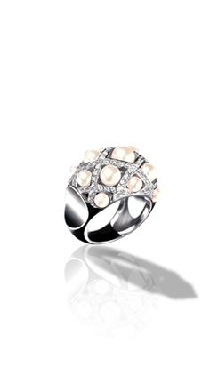 CHANEL - Baroque Ring in 18K white gold, cultured pearls and diamonds. Medium version.