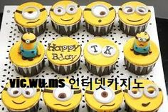 i want these, fricken love the minions Minion Cupcakes, Yummy Cupcakes, Cupcake Cookies, Happy Birthday Minions, Happy Birthday Cakes, Fondant Flower Cake, Fondant Cakes, Fondant Bow, Fondant Tutorial