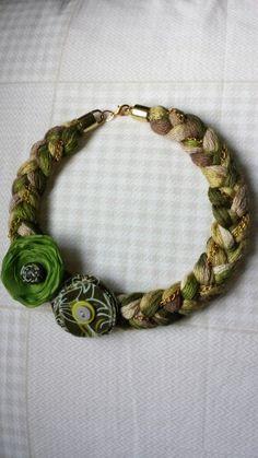 Collar de trapillo adornado con flores...