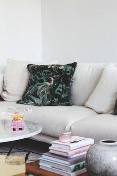 På kun 5 uger gav Ema og kæresten alle rum i lejligheden en makeover Scandinavian Design, Couch, Throw Pillows, Bed, Furniture, Home Decor, Settee, Cushions, Sofa