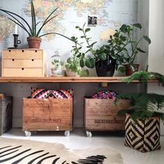 W aranżacji pokoju zastosowano bardzo oryginalne dekoracje. Ścianę zdobi mapa świata, a drewniane skrzynki, pudełka i...