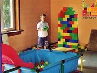 Grote plastieken bakstenen om reuzegrote kastelen en torens mee op te trekken.