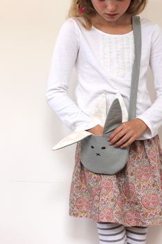 Sewing For Kids - Learn how to make this DIY handmade bunny purse! It's the perfect beginning sewing project that makes a special Easter Basket gift for a little girl. Sewing Projects For Kids, Sewing For Kids, Diy For Kids, Sewing Crafts, Diy Vetement, Fabric Purses, Diy Couture, Creation Couture, Diy Purse