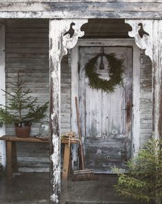Beautiful natural wreath on a rustic front door Scandinavian Christmas Decorations, Swedish Christmas, Natural Christmas, Primitive Christmas, Country Christmas, Outdoor Christmas, All Things Christmas, White Christmas, Christmas Holidays