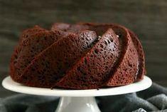Mielettömän mehevä suklaakakkutaikina taipuu myös muffinsseiksi, mokkapaloiksi ja vaikkapa ihanaksi kahvikakuksi tuttavalle. Pastry Cake, Sweet Recipes, Banana Bread, Sweet Tooth, Bakery, Goodies, Food And Drink, Sweets, Cooking