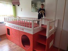 Ein Feuerwehrbett mit Umleuchte und Rutschstange, dazu noch viel Platz unterm Bett zum spielen.
