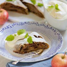 Apfelstrudel med vaniljsås och grädde - recept | Mitt kök Mat, French Toast, Pudding, Breakfast, Desserts, Food, Apple Strudel, Morning Coffee, Tailgate Desserts