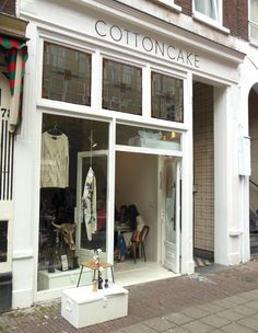 Concept store... you can shop and often eat something delicious all under the same roof. Hotspot Cottoncake is a bright white painted store in the Amsterdam Pijp.Lees meer...