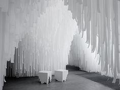 COS、無数の布が揺れる純白の洞窟をミラノサローネに出展 4枚目
