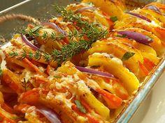 Brambory a cibuli oloupeme, dýni omyjeme. Vše nakrájíme na tenká kolečka asi 3-4 mm.Pekáček lehce vymažeme máslem a jemně posypeme strouhankou a... Ratatouille, Pasta Salad, Macaroni And Cheese, Shrimp, Potatoes, Treats, Chicken, Ethnic Recipes, Hokkaido