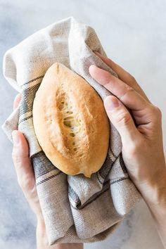 Mexican Dinner Rolls (Bolillos) Mexican Dinner Rolls or Bolillos are the number 1 sold bread in Mexico City. They are probably every Mexican's second favorite carbohydrate after tortillas. Mexican Sweet Breads, Mexican Bread, Mexican Dishes, Mexican Desserts, Best Mexican Recipes, Favorite Recipes, Porto Rico, Bon Dessert, Comida Latina