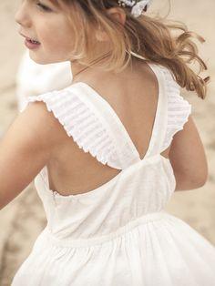 """Manches """"papillon"""",dos-nu raffiné, jupon dansant et tissu damassé... les filles sont à l'honneur dans les cortèges chics. Une robe riche par sesdéta"""
