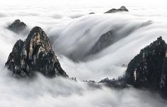 Thierry Bornier  Cette image a été capturée très tôt le matin, après avoir gravi la montagne jaune en Chine (Les monts Huang) à 3 heures du matin et après avoir attendu quelques heures dans le froid et le vent à -4 degrés.